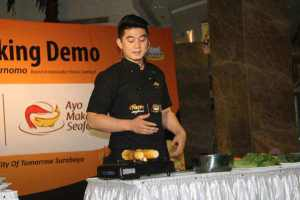 Fun Cooking Demo with Chef Arnold Hasilkan Apron Hitam