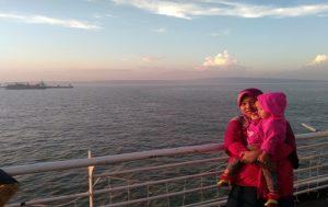 Berpose dengan Latar Laut